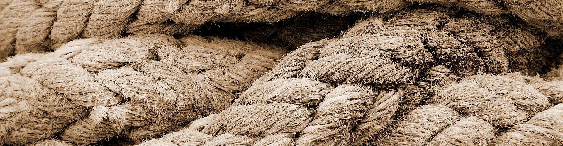 Geflochtene Seile, die miteinander verschlungen sind