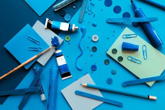 Verschiedene Stifte und Papiere
